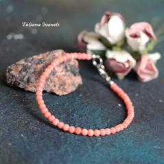 Тонкий браслет из коралла цвета лосось