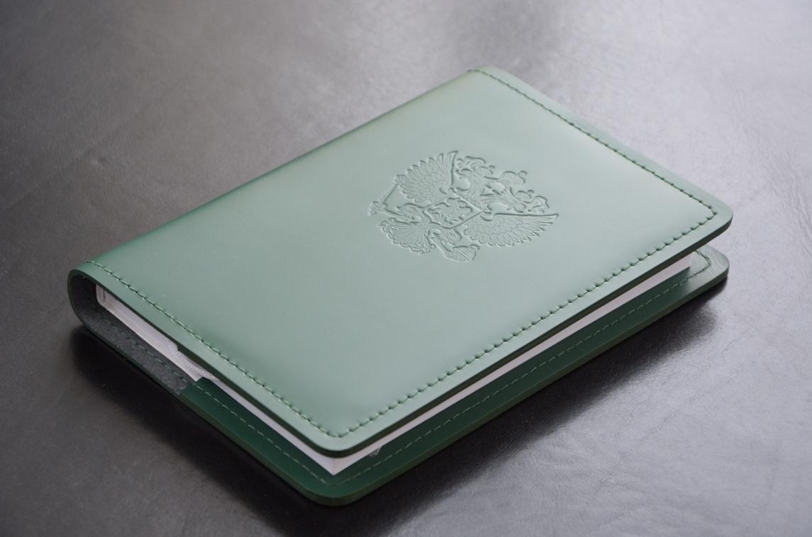 Пример тиснения Герб РФ на ежедневнике зеленого цвета.