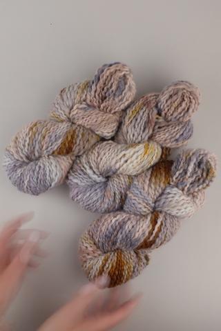 Пряжа ручного прядения и секционного окрашивания, цвет кораллово-ореховый с сиреневым меланж