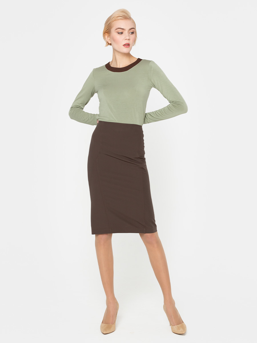 Юбка Б049-174 - Юбка-карандаш - красиво подчеркивает женственные перегибы и смотрится изысканно и строго одновременно, благодаря чему её можно надевать и в офис, и на свидание. Юбка выполнена в базовом коричневом цвете. Благодаря этому носить её можно практически с любыми рубашками и блузками. В составе ткани есть эластан, что обеспечивает комфорт и отличную посадку по бедру.