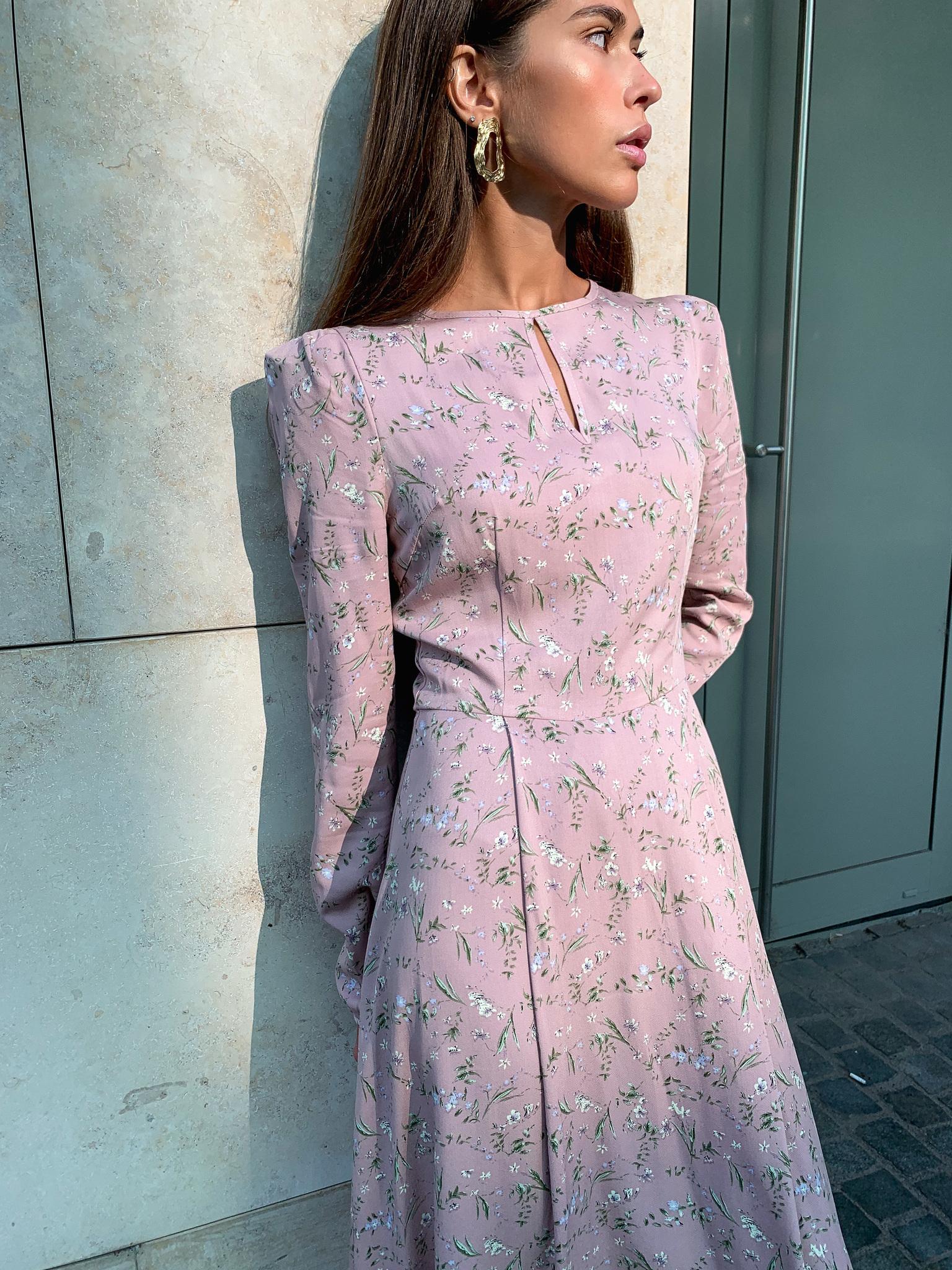 Платье миди с пышным рукавом (цветы на пудровом)