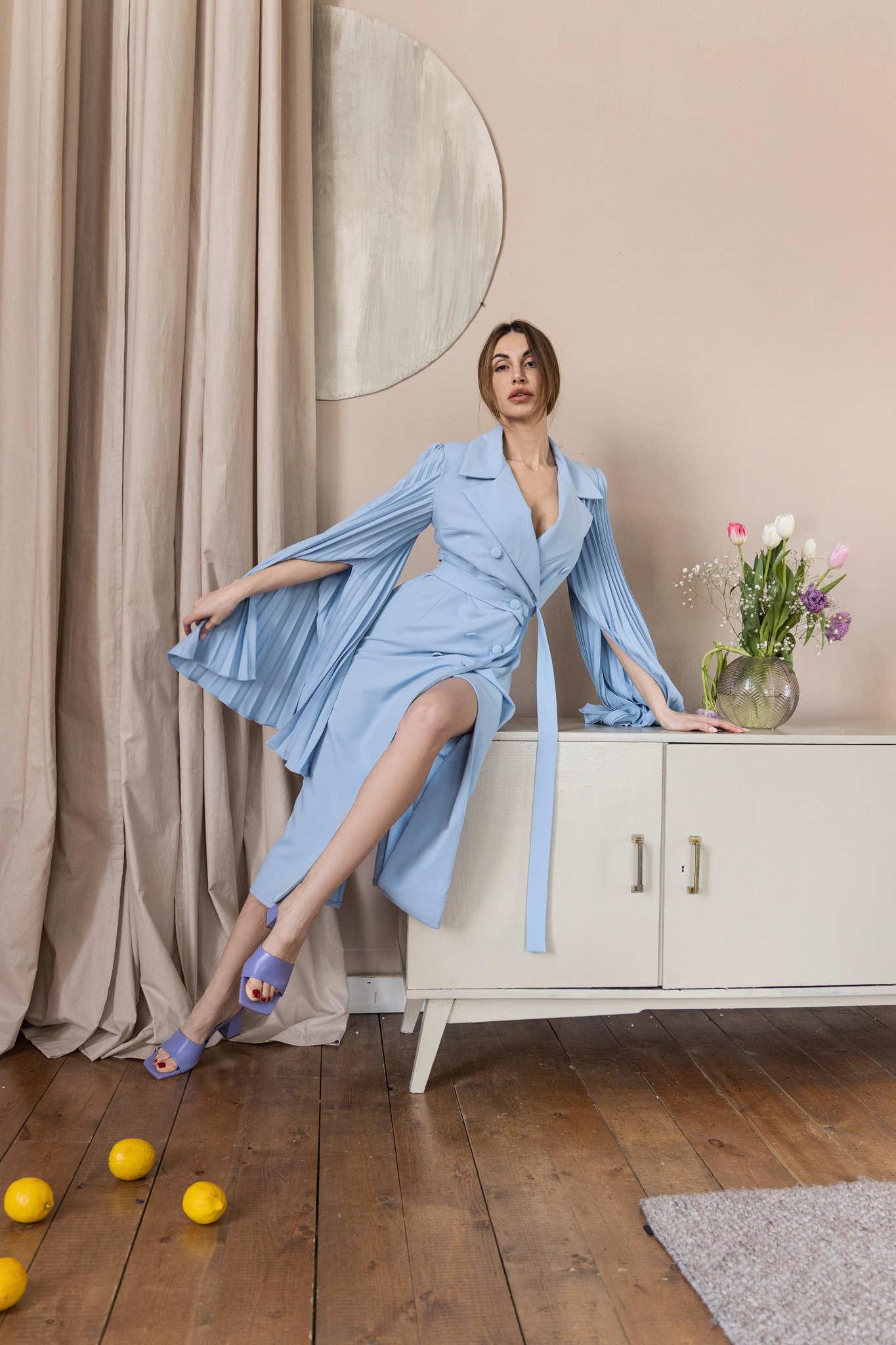 Платье-пиджак с рукавами плиссе