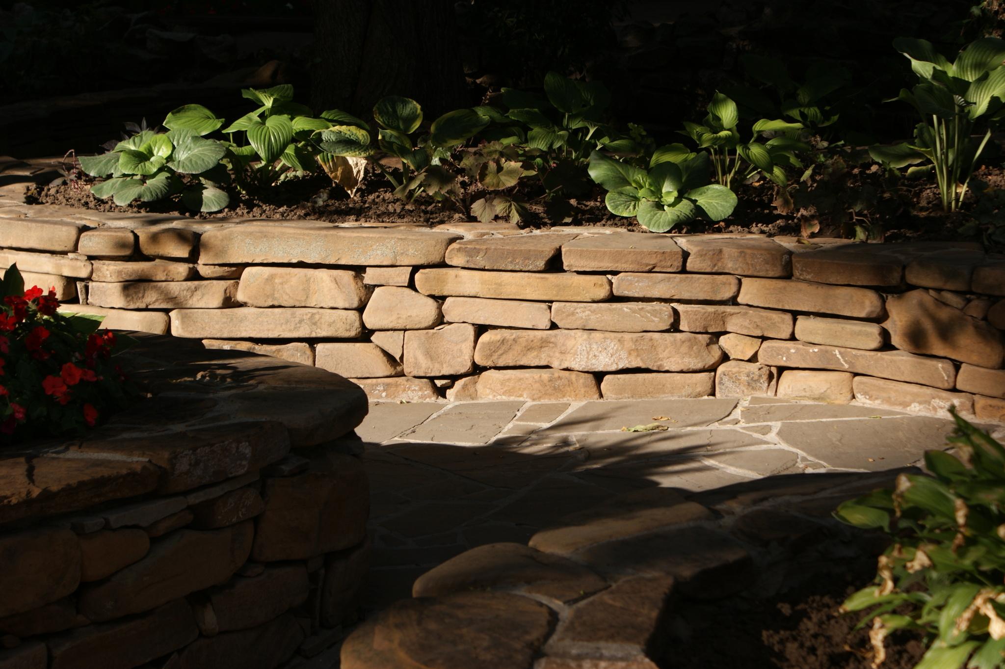 Подпорная стенка жёлтый цокольный камень