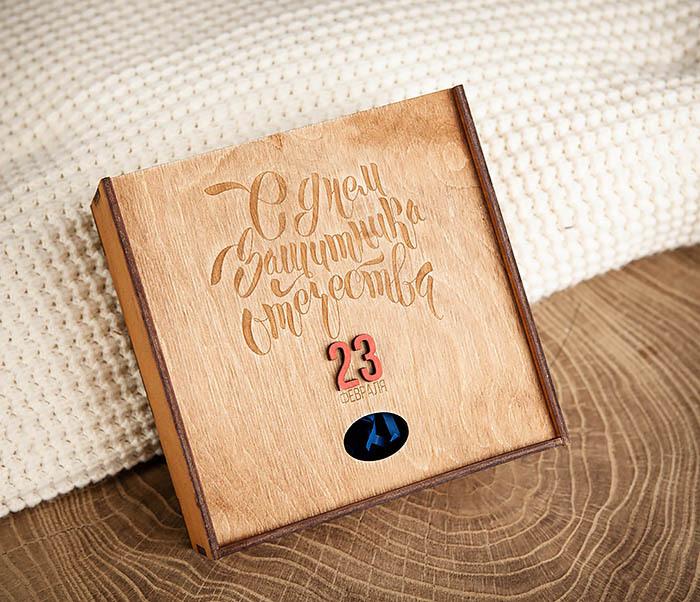 BOX215-2 Подарочная коробка коричневого цвета к 23 февраля (17*17*7 см)