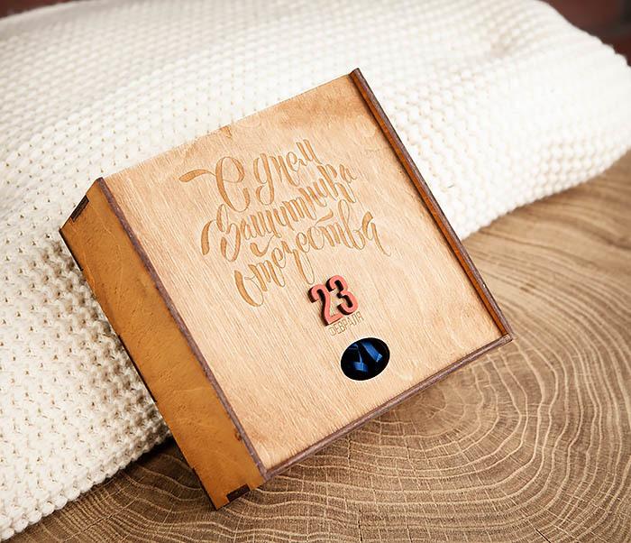 BOX215-2 Подарочная коробка коричневого цвета к 23 февраля (17*17*7 см) фото 02