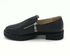 Туфли из искусственной кожи на низком каблуке.