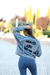 Джинсовая куртка со стразами на спине недорого