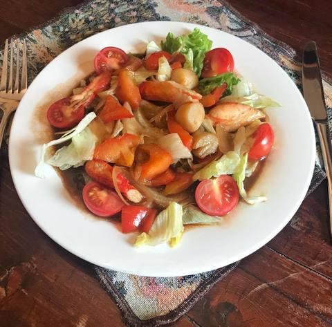 Теплый салат с крабом и гребешком