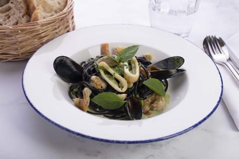 Спагетти с чернилами каракатицы с морепродуктами