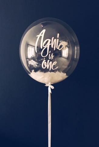 Воздушный шар с перьями и своей надписью белый