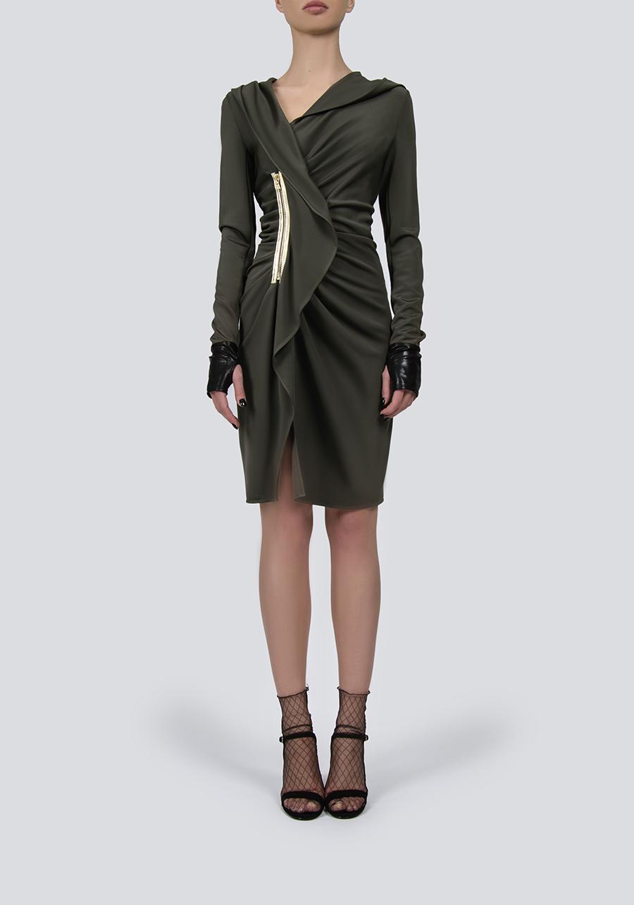 Платье цвета оливы с капюшоном и декором из кожи