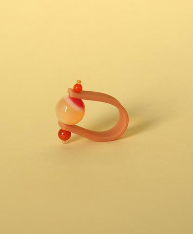 Кольцо на темно-розовом ремешке Клюква в карамели