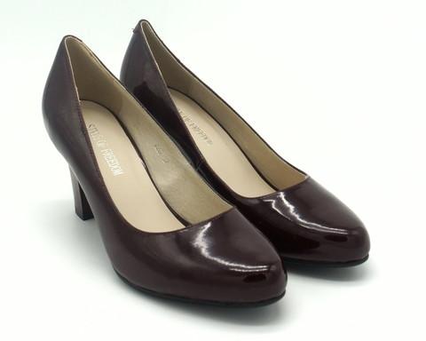 Туфли из искусстенной кожи на высоком каблуке.