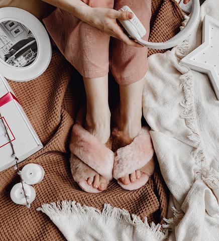 Меховые тапочки розовые с перекрестными шлейками контрастными (розовый + карамель))