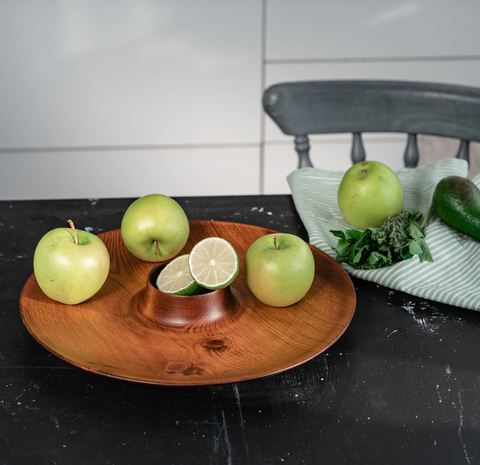 Блюдо из дерева для подачи шашлыка с соусницей