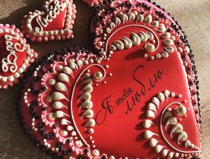 Безглютеновый большой пряник в виде сердца, украшен мини-драже