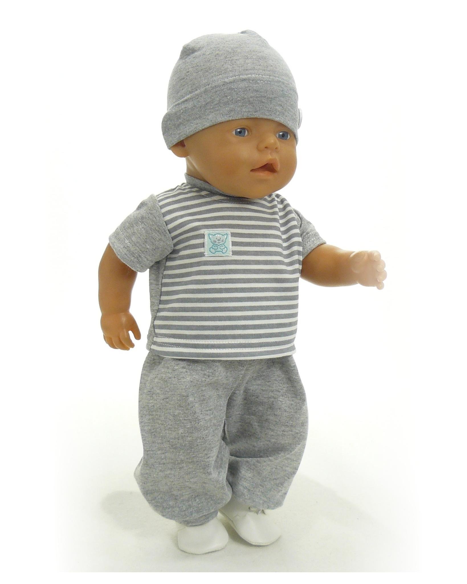 На кукле футболка и брюки