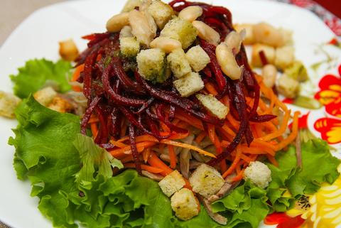 Салат с языком и маринованными овощами
