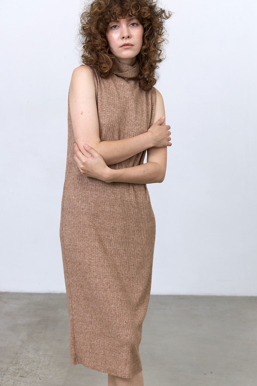 Платье-водолазка без рукавов (трикотаж), кофе