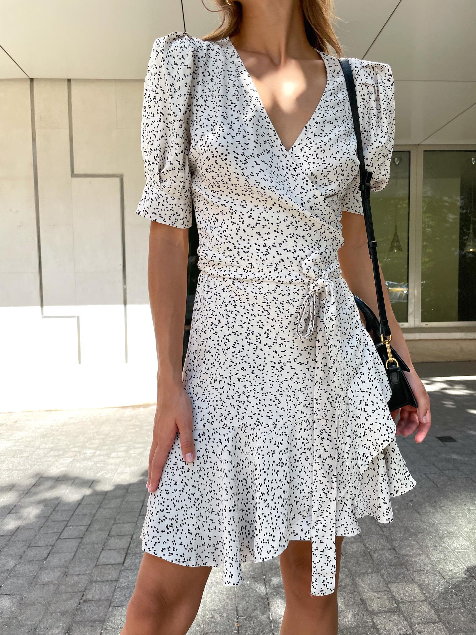 Платье мини на запах с коротким рукавом (горох на молочном)