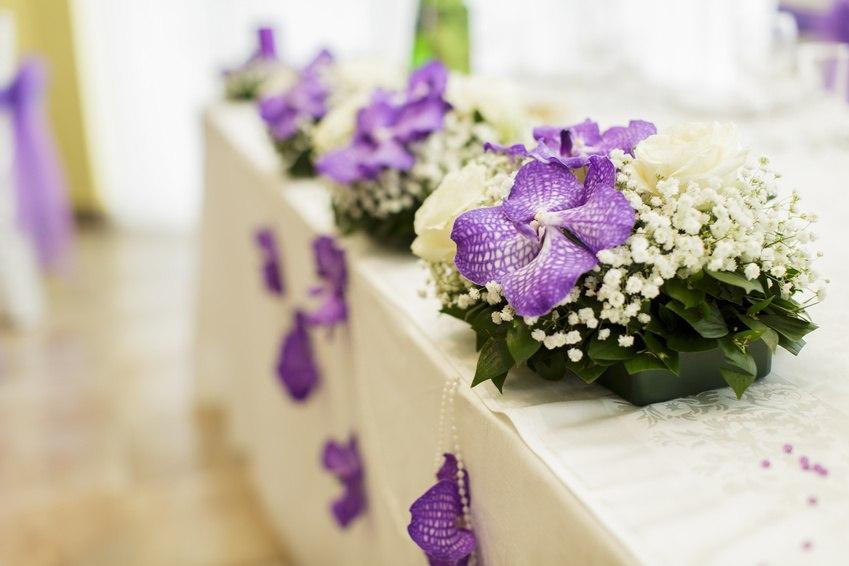 из белых роз, белых орхидей и фиолетовых орхидей
