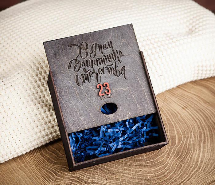 BOX215-1 Средняя деревянная подарочная коробка «С Днем Защитника Отечества» (17*17*7 см) фото 05