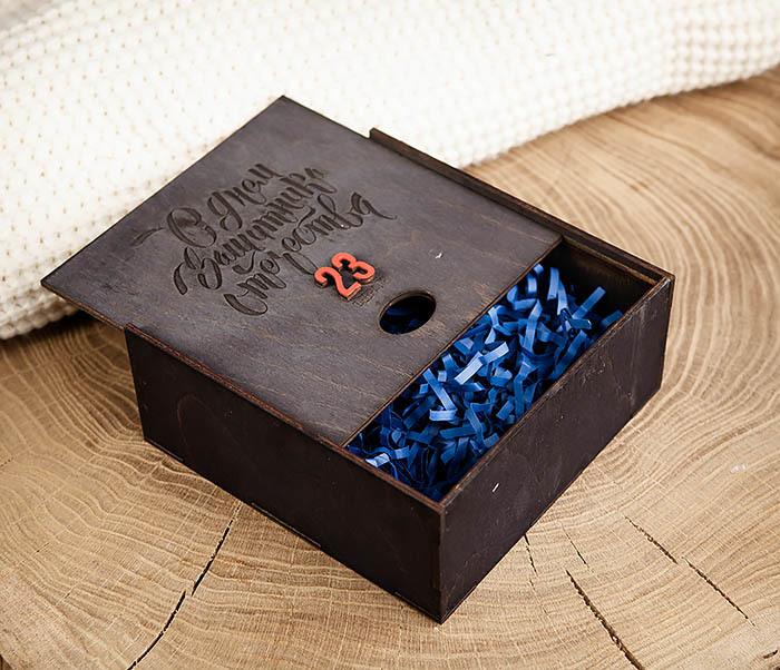 BOX215-1 Средняя деревянная подарочная коробка «С Днем Защитника Отечества» (17*17*7 см) фото 06