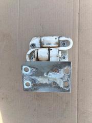 Петля правой двери верхняя б/у для грузовых автомобилей МАН ТГЛ ТГМ ТГА ТГС.  Оригинальные номера MAN - 81626906050