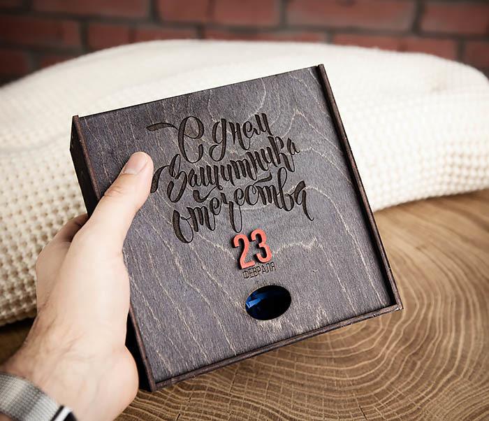 BOX215-1 Средняя деревянная подарочная коробка «С Днем Защитника Отечества» (17*17*7 см) фото 08