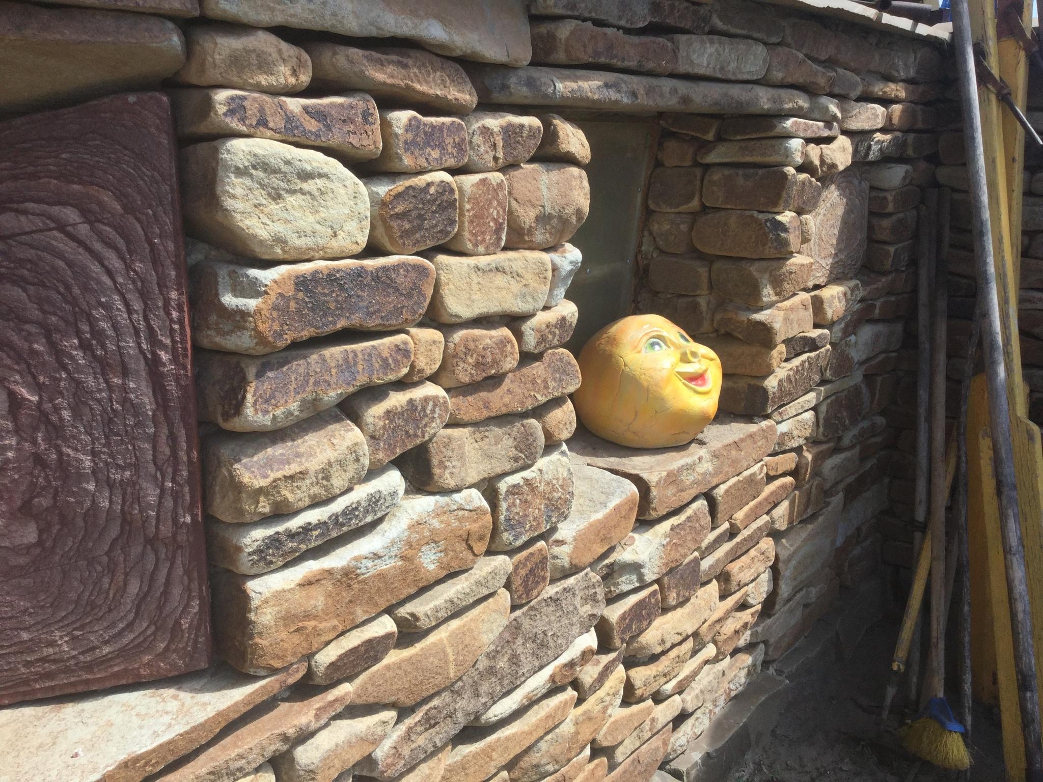 Кладка камня цокольный камень жёлтого  цвета