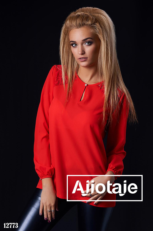 Красная блузка с вставками гипюра