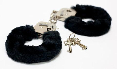 Меховые черные наручники с ключами