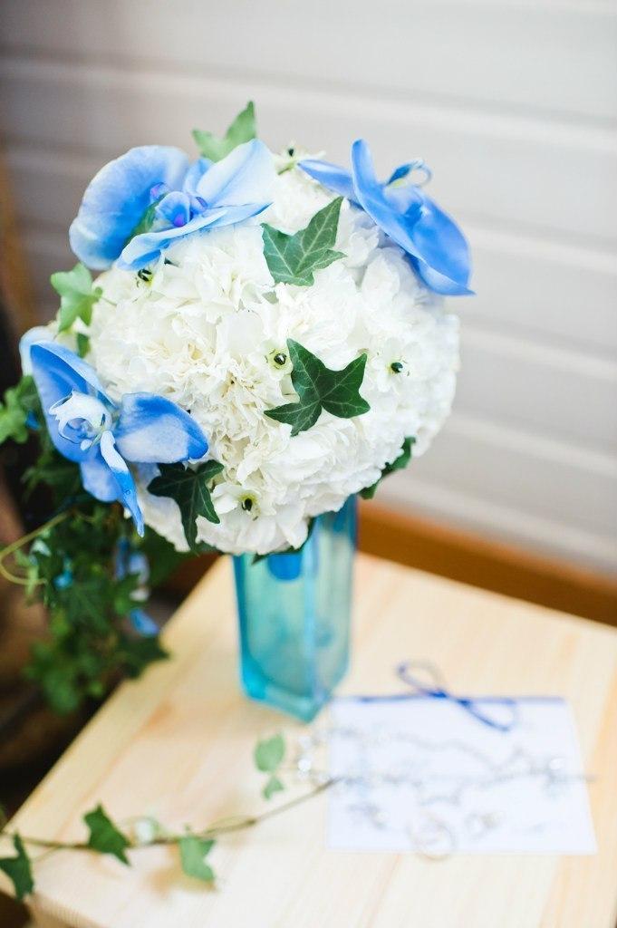 Букет невесты Алматы. Шар из гвоздики с добавлением орхидеи фалинопсис