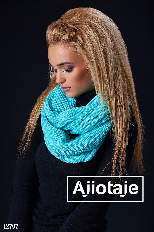 Яркий шарф-снуд с мелкой вязкой