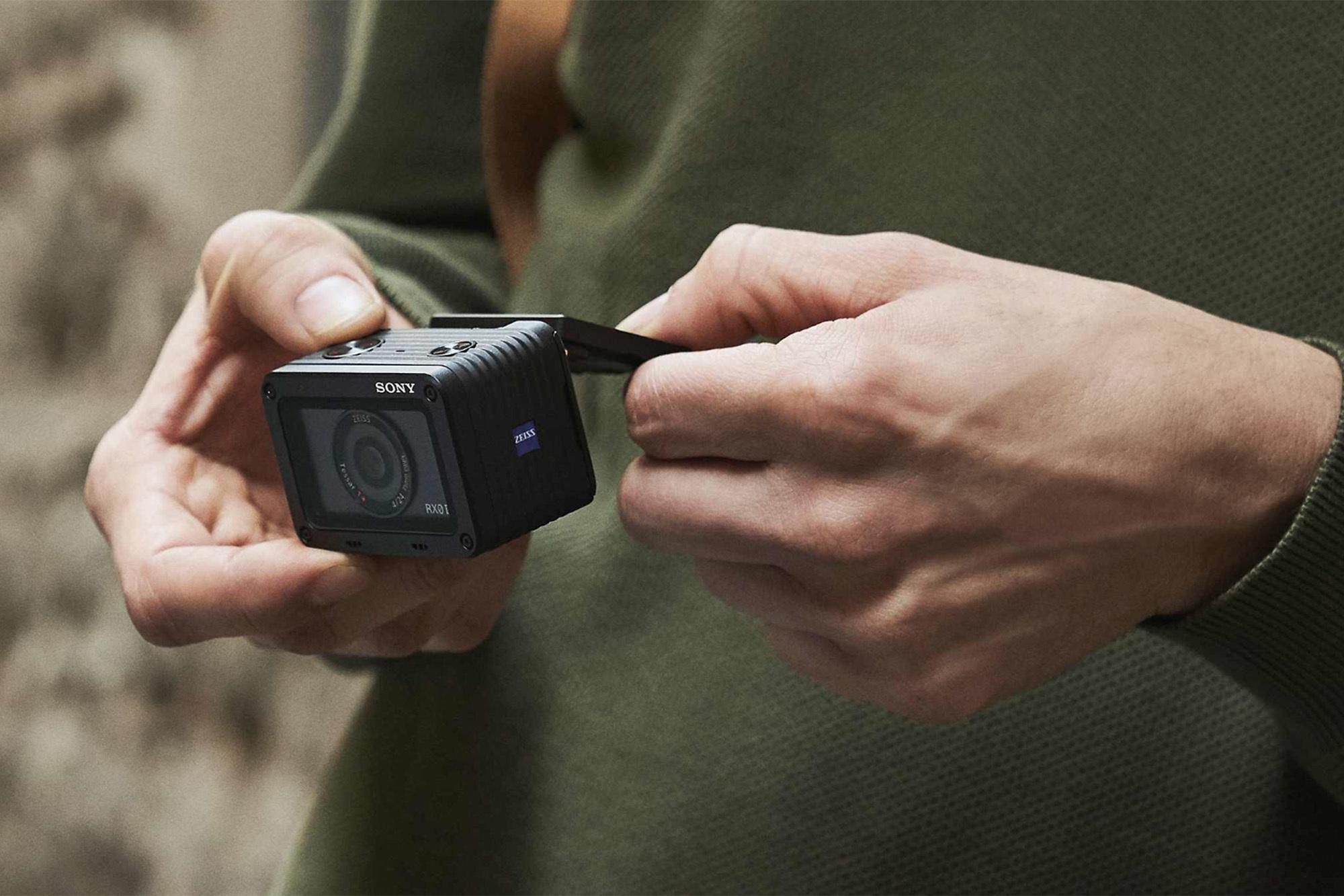 Камера Sony DSC-RX0M2G + ручка-штатив VCT-SGR1