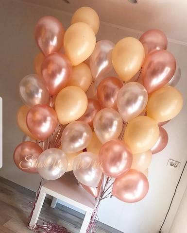 Нежный фонтан из шаров персикового, перламутрового и кремового цвета