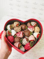 Сердце с клубникой в шоколаде ассорти