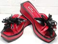 Яркие босоножки шлепки женские кожаные Derem 042-921-02 Red Black.