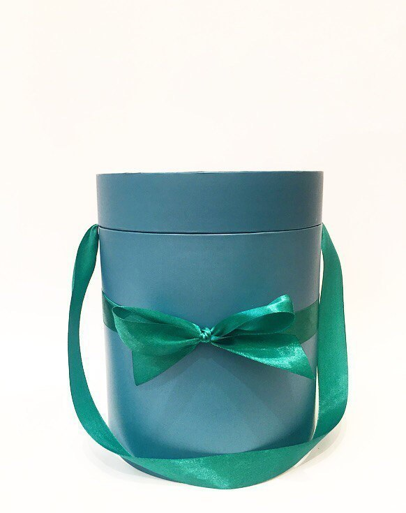 Шляпная коробка  D18 см Цвет: темно зеленый  .  Розница 300 рублей .