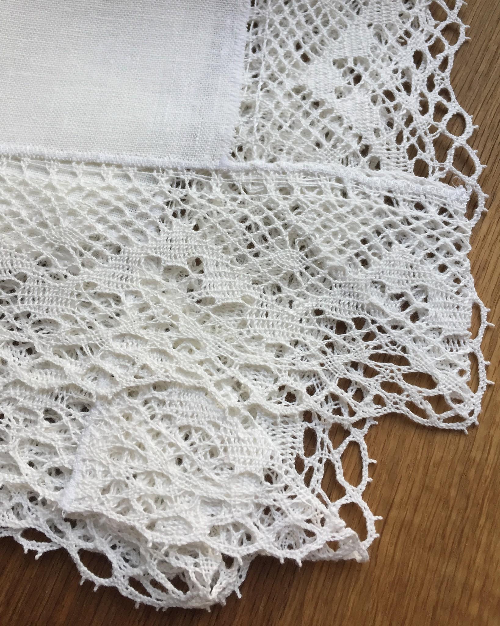 Салфетка льняная белая с белым широким льняным кружевом