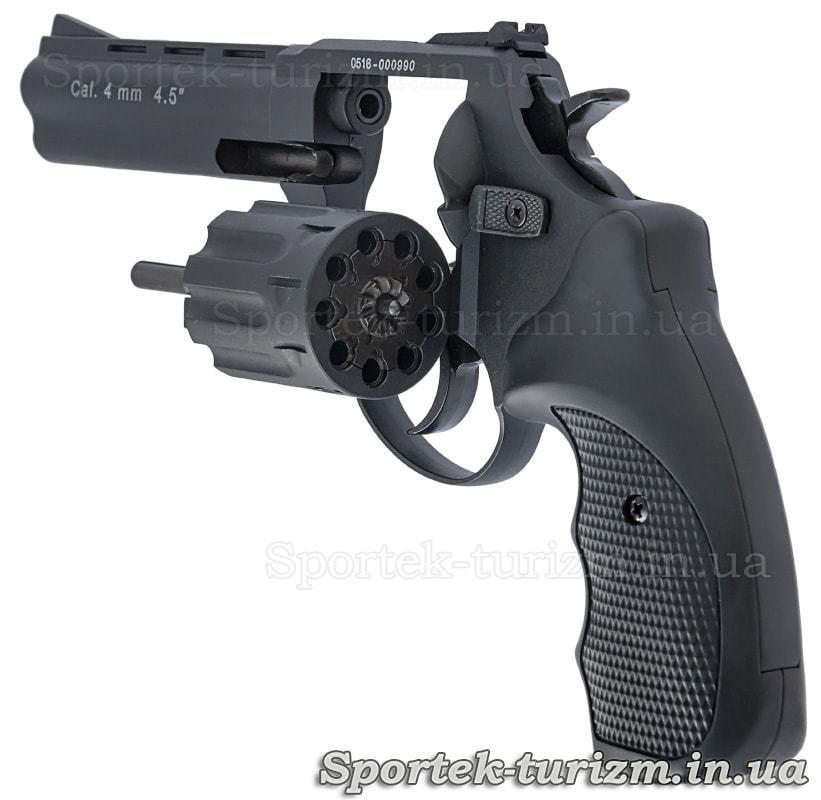 Вид слева на открытый барабан черного револьвера Сталкер под патрон флобера 4мм.
