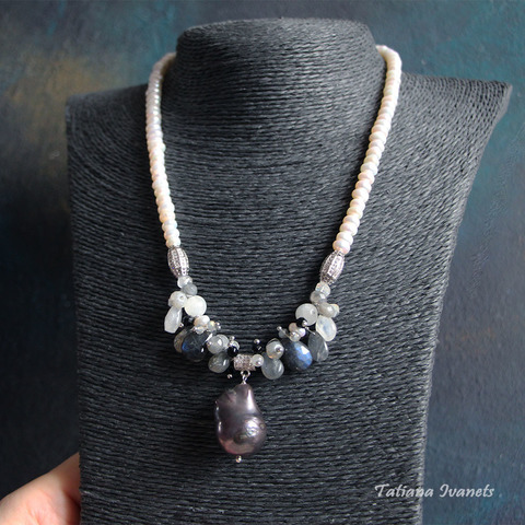 Ожерелье из черного жемчуга барокко, лабрадорита и лунного камня