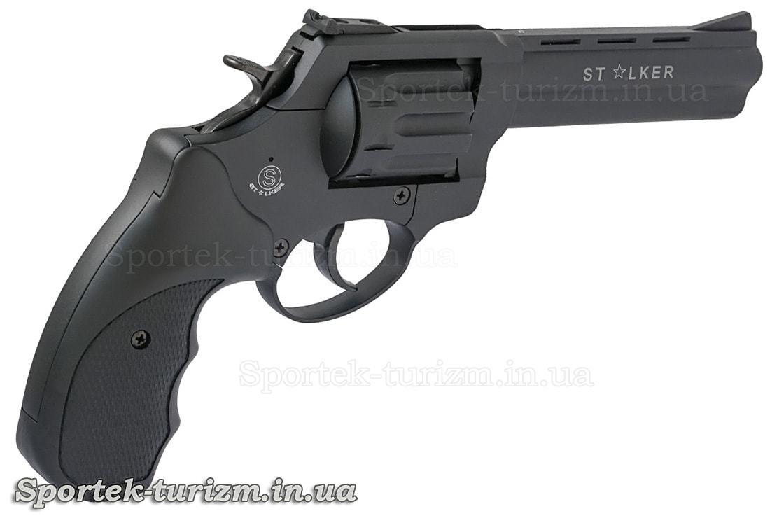 Вид справа на черный револьвер Сталкер под патрон флобера 4мм
