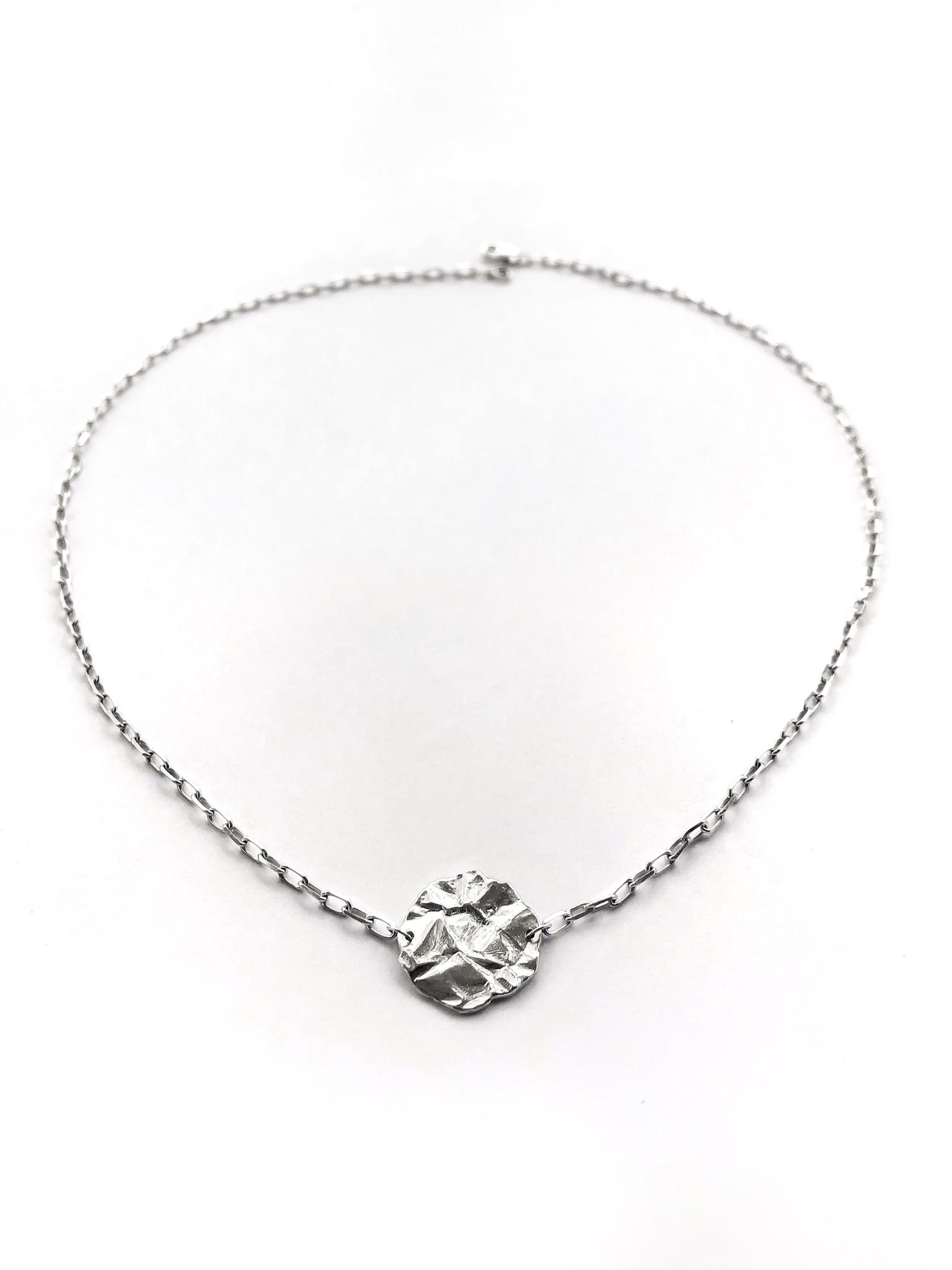 Серебряное колье-чокер с медальоном