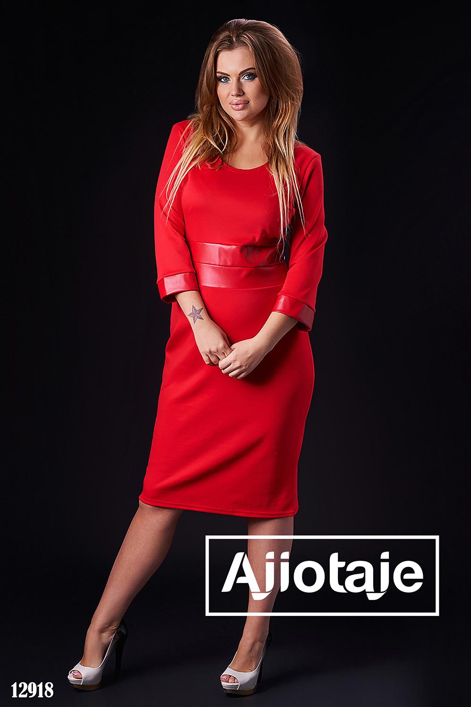 Платье красного цвета с вставками кожи