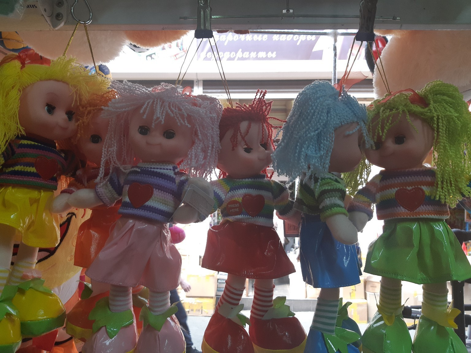 Кукла в ярком платье в шести расцветках