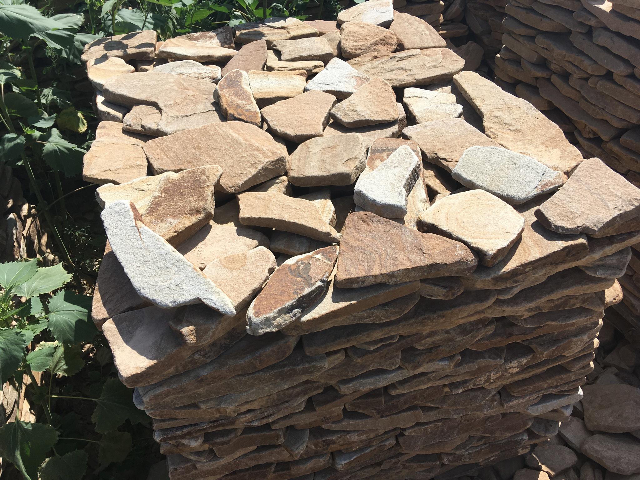 Бело-коричневый камень на поддоне