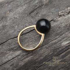 Позолоченное кольцо с чёрным нефритом. Perlus.