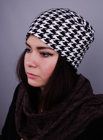 Фешн. Молодіжні жіночі шапки. Дрібна біла лапка на синьому.