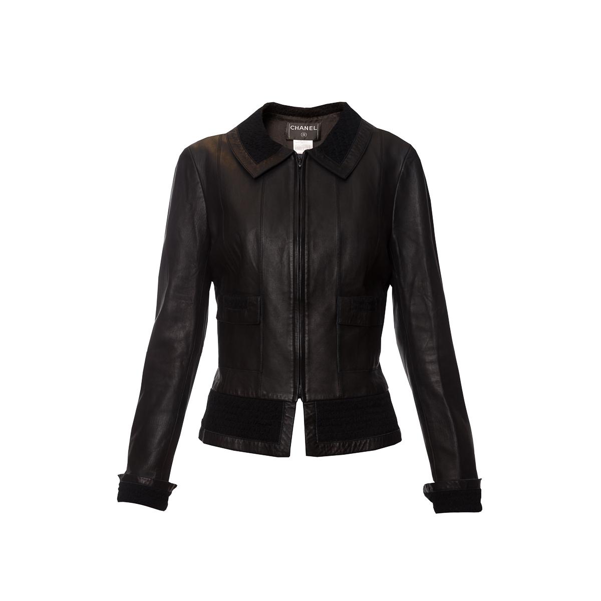 Элегантная куртка из кожи черного цвета от Chanel, 36 размер.